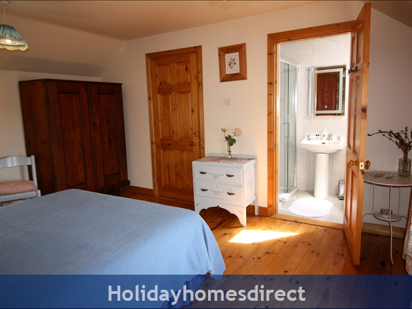 Doyle's Cottage ..  Between Waterford, Wexford And Kilkenny.. With Lots To See And Do !: Master Bedroom with en-suite shower