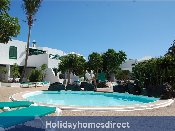 Rocas Negras Apartments: Shared swimming pool and gardens