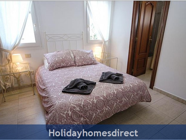 Villa Carol double bed with towels
