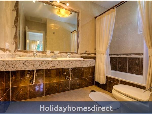 Villa Ariana bath and sink in Lanzarote