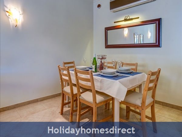 Parc Pinhal H A Superb First Floor Family 2 Bedr Apartment With Pool, Walking Distance Falesia Beach, Restaurants & Bars (77208/al): Inside Dining Area