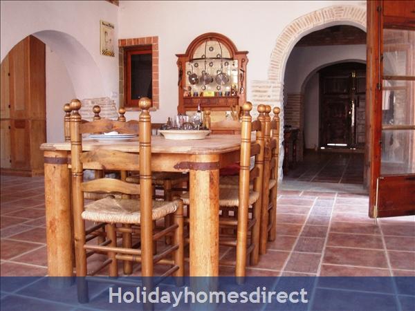 Caseta Del Dalt, Valencia. Sleeps 10. 5 Bedrooms. 4 Bathrooms. Private Parking. Private Pool. Free Wifi: Kitchen Dining Room