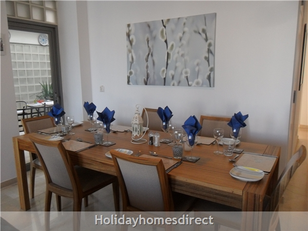 Apartment U: Large dining table