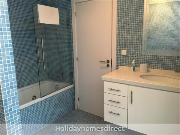 Apartment U: Family bathroom