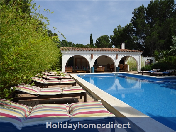 Charming Provencal looking villa with inside patio, large private pool, 4 bedrooms, 10 guests.  Only 5 minutes from the beach.