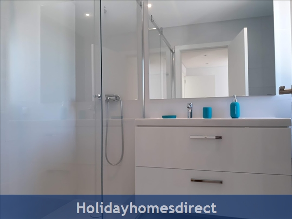 Villa Fatima bathroom with a shower in the Algarve