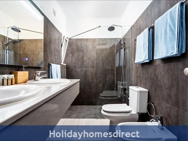 Vale Do Lobo Luxury Villa: Heated Pool W/ Safety Fence, Near Beach, Golf, Tennis: Family bathroom