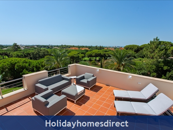 Casa James, Vilamoura, is a luxury 4 bedroom townhouse (fully refurbished in 2018) and located in the beautiful, gated community of Palmyra, Vila Sol.