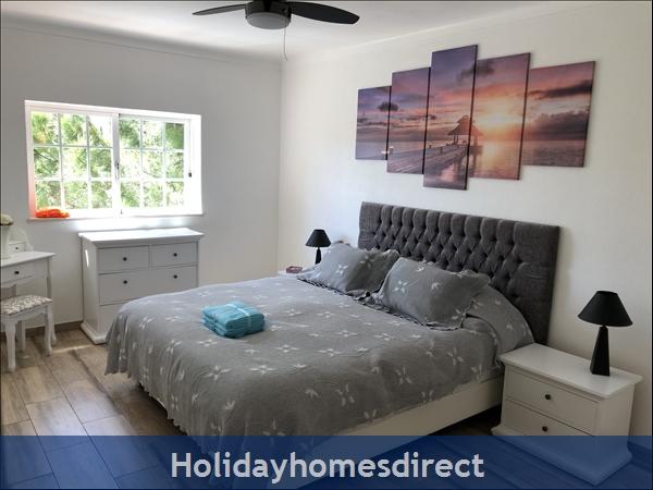 Villa Vaniana, Olhos De Agua: Apartment 2 Master bedroom Super king size bed