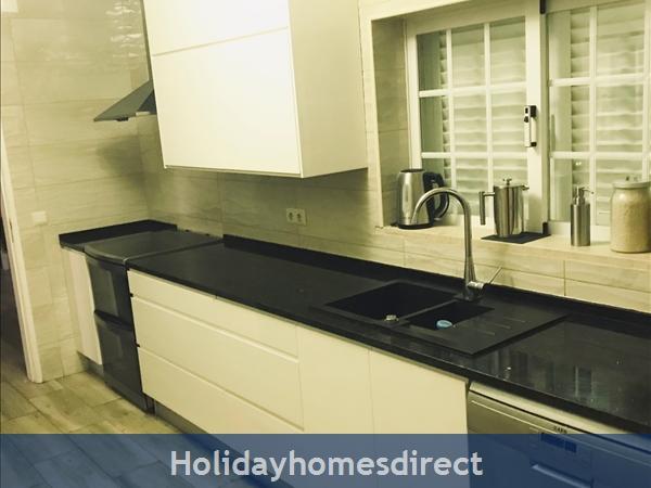 Villa Vaniana, Olhos De Agua: Fully eqiupped kitchen 1 with adjoining balcony