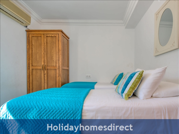 Holiday House Chill Out: Image 8